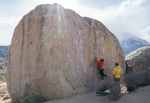 Två personer som klättrar bouldering